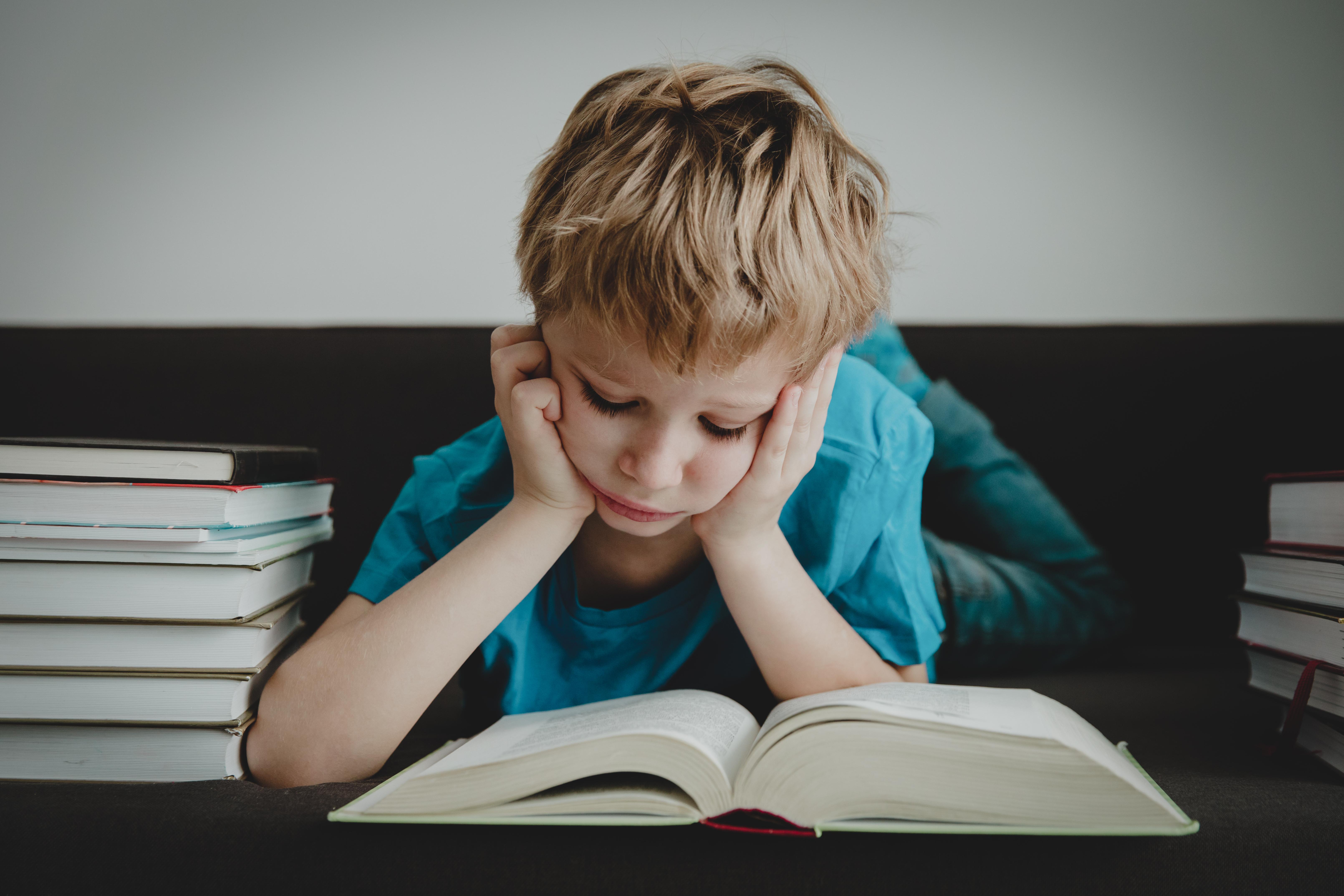 11 sygnałów, po których rozpoznasz poważne problemy z czytaniem u swojego dziecka. Nie lekceważ ich.